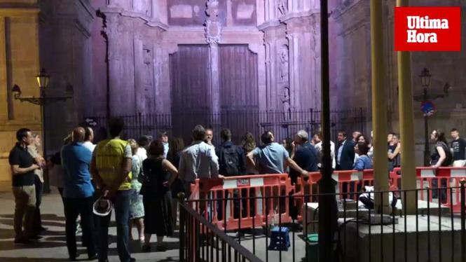 Beleuchtungsprobe vor der Kathedrale.