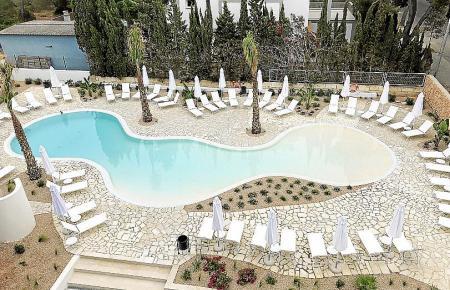 Der Pool ist einem Strand nachempfunden.