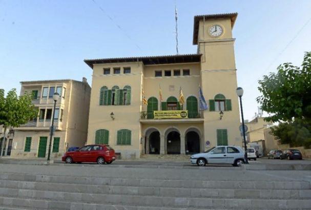 Blick auf das Rathaus von Ses Salines.