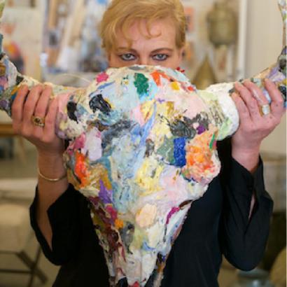 Hurter mit eigener Stier-Skulptur auf Mallorca.