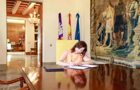 Francina Armengol unterschreibt die Ministerliste.