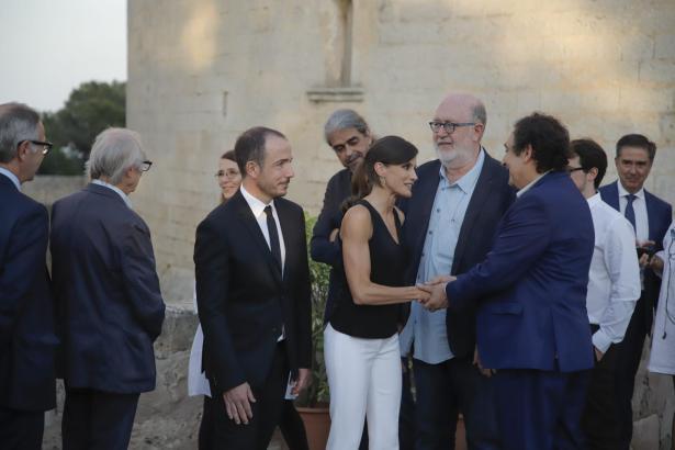"""Kinofreundin Letizia begrüßt Regisseur Agustí Villaronga, dessen Film """"Nacido Rey"""" am Eröffnungsabend gezeigt wurde."""