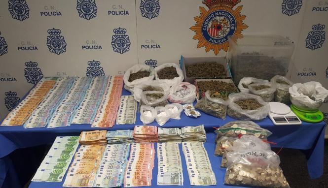Blick auf sichergestelte Drogen und Bargeld.