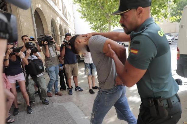 Einer der Verdächtigen vor dem Gerichtsgebäude in Palma.