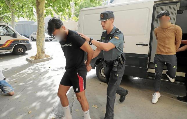 Die Guardia Civil bringt die Tatverdächtigen zum Gericht in Palma.