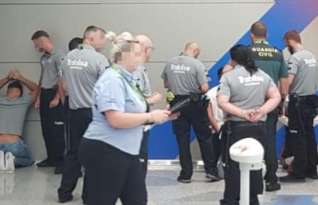 Bild von der Verhaftung der mutmaßlichen Täter am Flughafen.