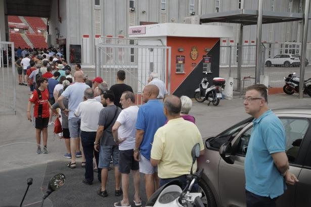 Fans, die am Montag ihre Dauerkarte verlängern lassen wollten, brauchten viel Geduld.