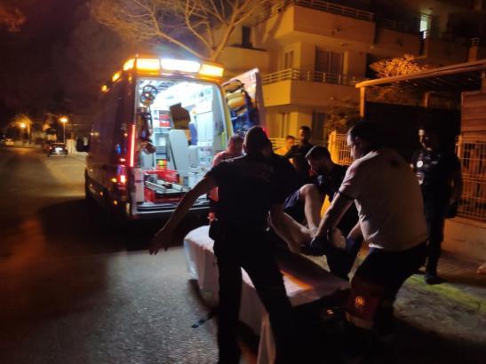 Der Mann wird in den Krankenwagen gebracht.