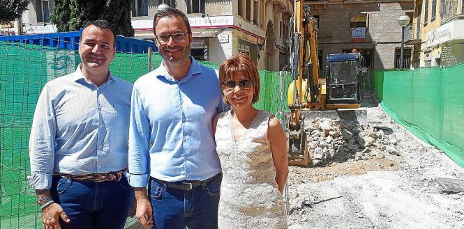 Bürgermeister José Hila (M.) mit Stadtrat Francesc Dalmau und der Vertreterin der Einzelhändler, Isabel Pomar, beim Baustellenbe