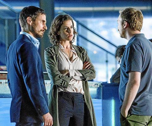 Eduardo (Tino Mewes) verheimlicht Xavi (Clemens Schick, l.) und Fina (Anne Schäfer) etwas.