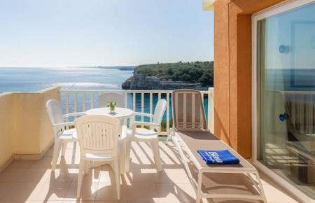 Balkon des Hotels Punta Reina Resort.
