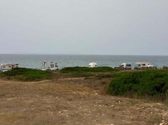 In Sa Rápita parken zurzeit zahlreiche Wohnwagen illegalerweise direkt am Strand.