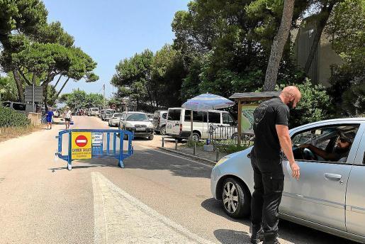 Ein Sicherheitsdienst reguliert die Zufahrt zur beliebten Strandzone Ses Casetes des Capellans an der Playa de Muro im Norden vo