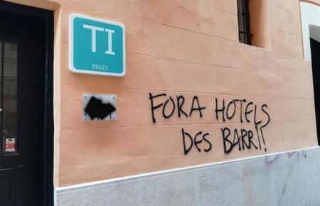 Beschmierte Hotelfassade in Palma.