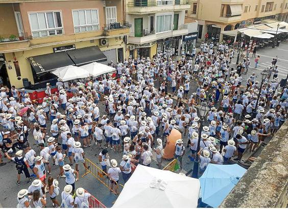 """Inca in Weiß: Die private Veranstaltung """"Birracruzis"""" zieht Hunderte Besucher an. Weil sich Jugendliche bereits ab dem frühen Mo"""
