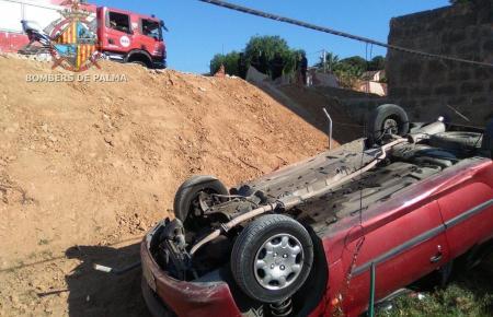 Das Auto blieb unterhalb einer Baustelle auf dem Dach liegen.