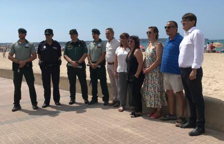 Gruppenbild ohne Schiff: Lokalpolitiker und Polizei nach dem Fund an der Playa de Palma.