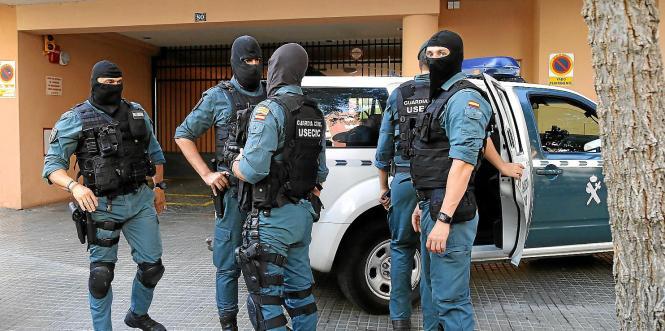 Die Guardia Civil ist an der grünen Uniform zu erkennen.