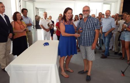 Pep Mayol, Vorsitzender des Fischereiverbands in Sóller, bekam den Schlüssel von Ministerpräsidentin Francina Armengol überreich