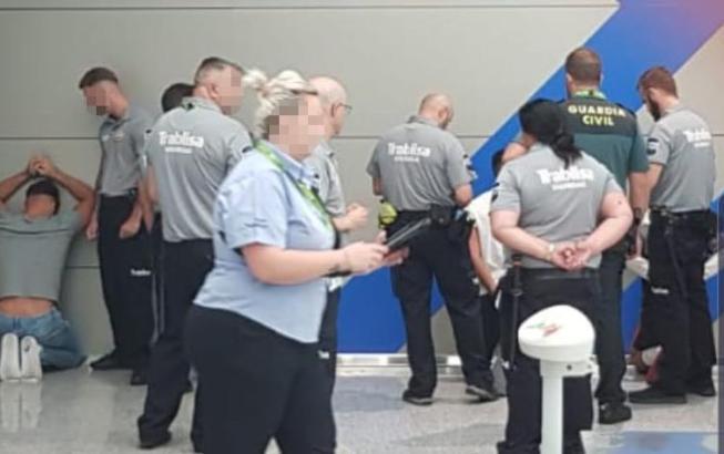 Foto von der Verhaftung der Tatverdächtigen im Mallorca-Airport.