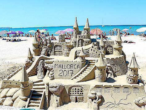 Seit Jahren an der Playa de Palma: Riesensandburgen.