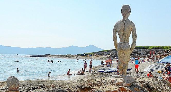 Skulpturen von Joan Bennàssar blicken auf den Strand Son Bauló.