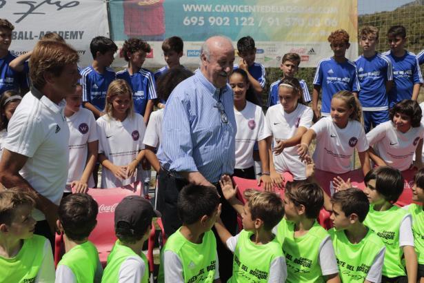 Vicente del Bosque wurde von den Kids begeistert empfangen.