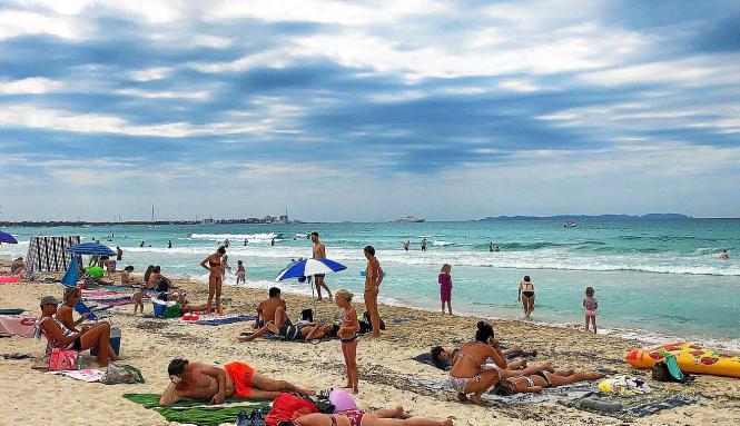 Selbst an wolkigen Tagen ist am Es-Trenc-Strand gut was los.