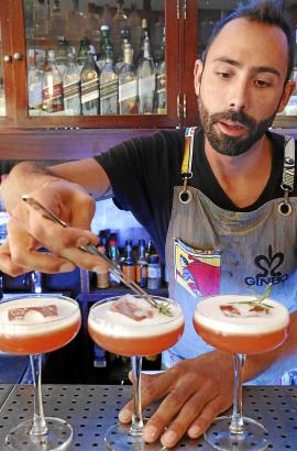 """Renner im """"Ginbo"""": Ein Gin-Cocktail namens """"Lavanda"""", der mit Lavendel- und Erdbeersirup gemischt ist."""