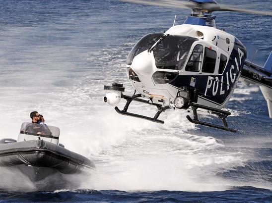 Compi und Niño werden von der Polizei auf dem Meer gestellt, doch zugreifen können die Beamten aus der Luft nicht.
