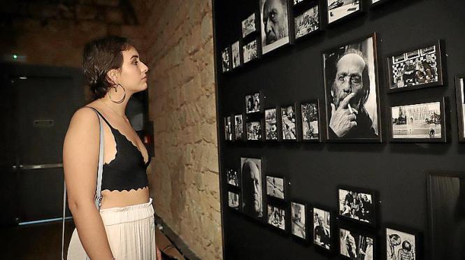 Antonia Sánchez, Tochter von Paco de Lucia, besucht die Ausstellung.