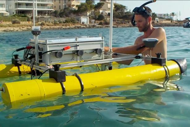 Das Wasserfahrzeug lokalisiert und filmt inselfremde Algen.