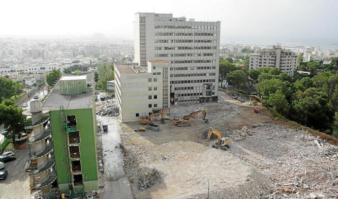 Die Abtragung des ehemaligen Referenzkrankenhauses in Palma hat begonnen. 2020 soll ein neuer moderner Komplex gebaut werden.