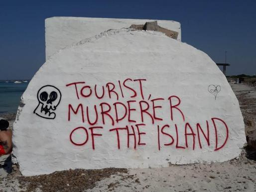 Die Graffiti wurden in die Bunker gesprüht.