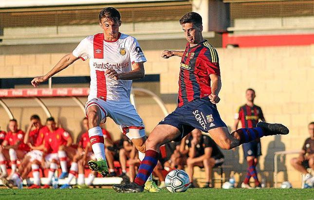 Hier kommt Sa Poblas Calonge vor Real Mallorcas Budimir (l.) an den Ball.