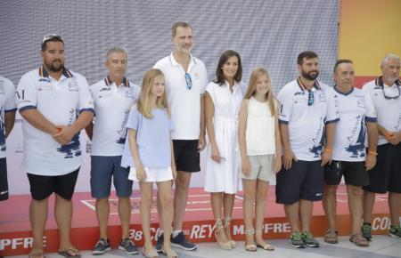 """Die königliche Familie mit der Mannschaft der """"Aifos""""."""