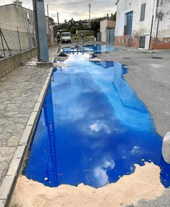Diese blaue Flüssigkeit lief aus der alten Fabrik aus.
