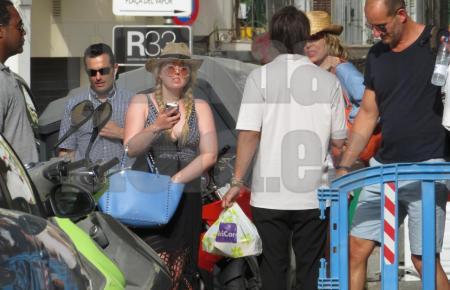 Tiffany Trump nebst Anhang auf Mallorca.