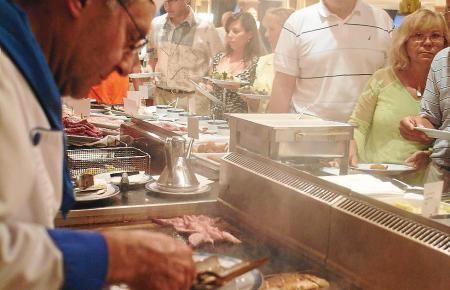 Ein Hotelkoch bereitet die Speisen für die Gäste zu.