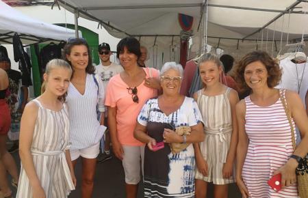 Königin Letizia und ihre Töchter Leonor und Sofía ließen sich mit Marktbesuchern in Pollença fotografieren.