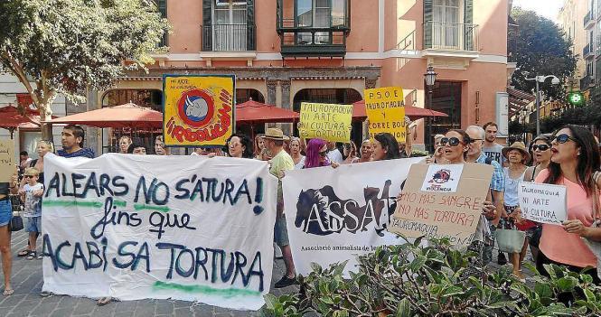 Am Montag versammelten sich Stierkampfgegner zu Protesten auf Palmas Rathausplatz Plaça de Cort. Letzter Hoffnungsschimmer ist, dass der Kampf wegen der Sicherheitsbedenken in der Arena abgesagt wird.