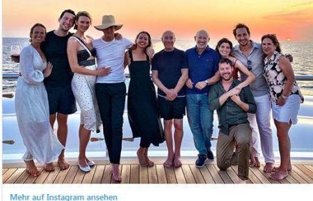 """Gruppenfotos auf Instagram zeigen unter anderen Amazon-Chef Jeff Bezos und Supermodel Karlie Kloss auf der Luxusyacht """"Risinfg Sun"""", die gerade erneut vor Mallorca ankert."""