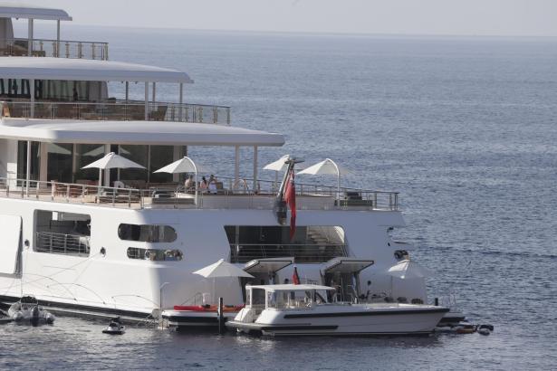 """Die """"Rising Sun"""" beherbergt zahlreiche weitere Boote."""