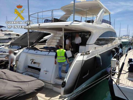 Beamte der Guardia Civil nahmen das Boot genauer unter die Lupe.