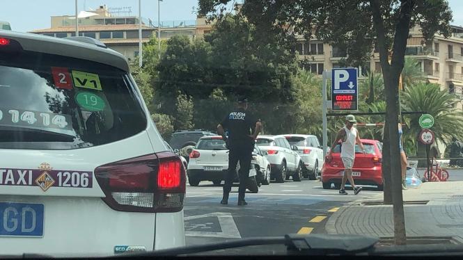 Die Polizei musste am Montag in Palma die Zufahrten zu den Parkhäusern regeln, so groß war der Ansturm auf die Innenstadt.