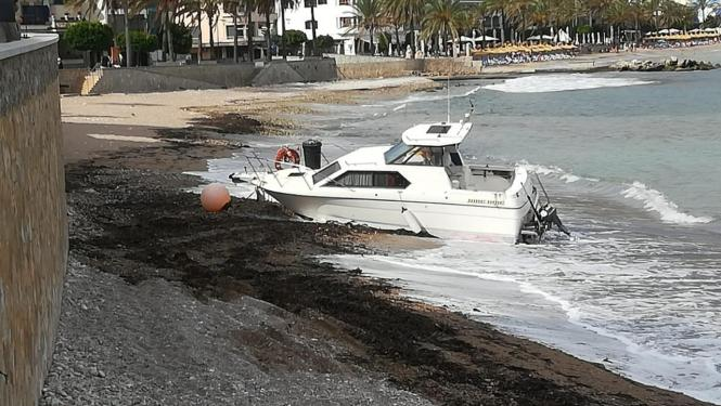 Eines der an den Strand gespülten Boote.