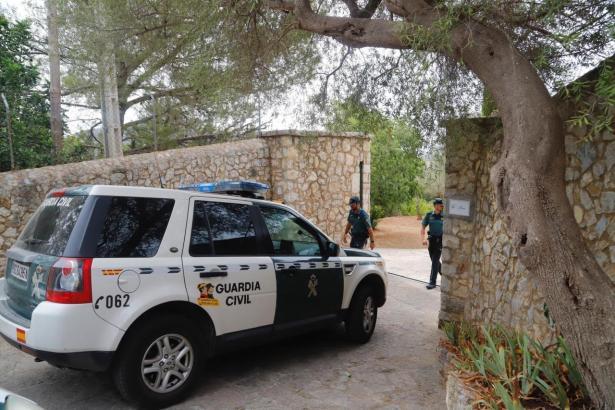 Fahrzeug der Guardia Civil vor dem Privatanwesen in Alaró.