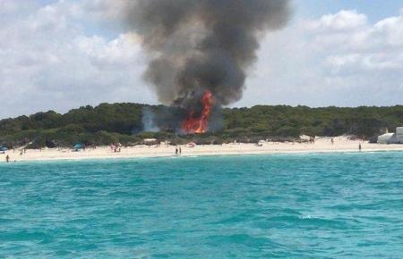 Flammen am Es-Trenc-Strand.