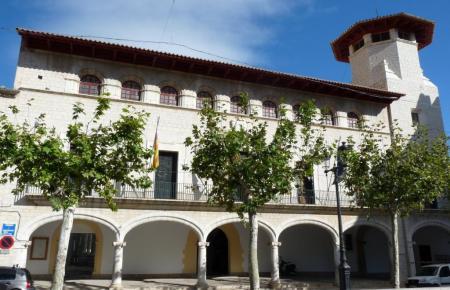 Blick auf das Rathaus von Alaró.