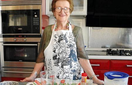 Maria Gibert in ihrer Küche, bereit für den nächsten Kocheinsatz: Die Seniorin, fast 82 Jahre alt, liebt es, Gerichte zuzubereiten.